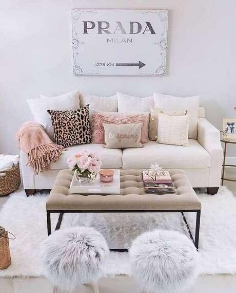 11. A decoração da sala de estar mescla rosa e pequenos elementos na cor dourada. Fonte: Pinterest