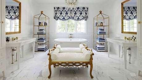 9. A decoração desse banheiro misturou tonalidade de branco e dourado. Fonte: Design Trends