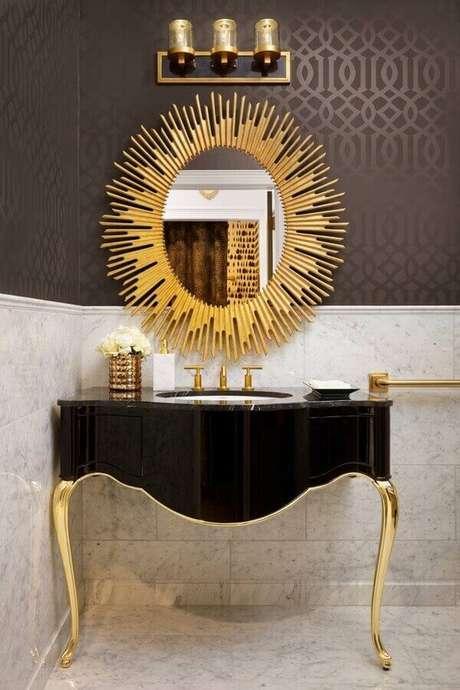 13. A molduradourada do espelho chama a atenção nesta decoração do banheiro. Fonte: Design Trends