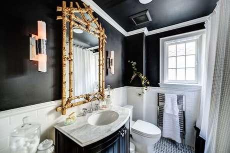 5. A moldura na cor dourado do espelho encanta a decoração do banheiro. Fonte: Design Trends