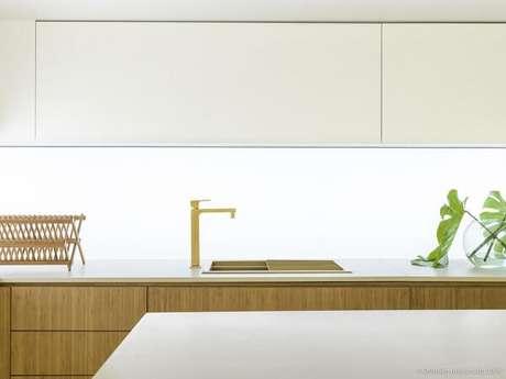 8. A torneira dourada encanta a decoração desta cozinha