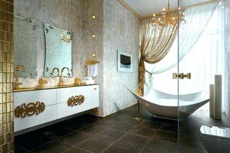 15. Banheiro com decoração em nas cores branco e dourada transmite elegância ao ambiente. Fonte: Pinterest