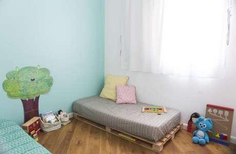 16. Cama infantil para quarto feita de paletes no método Montessoriano – Por: Buji