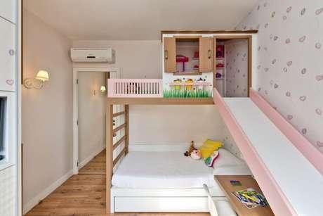 2. Cama infantil com escorregador para quarto de menina – Por: Espaço do Traço