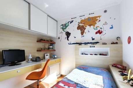 33. Cama para quarto infantil com armários e tv – Por: Juliana Conforto