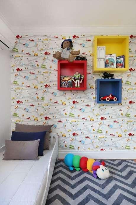31. Cama infantil com decoração personalizada para quarto de menino com papel de parede de trem – Por: Bianchi Lima