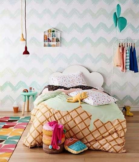 68. Cama infantil com decoração de doces personalizada – Por: Pinterest