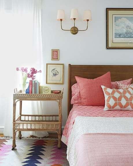 17. Criado mudo na cor dourada traz sofisticação para a decoração do quarto de casal. Fonte: Pinterest