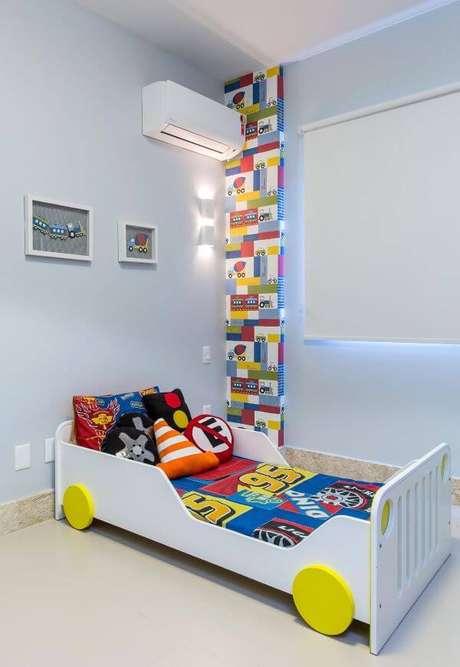 61. Cama infantil carros com almofadas personalizadas – Por: Milla Holtz