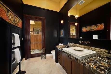 23. Decoração vintage do banheiro trouxe tons de dourado e preto. Fonte: Pinterest