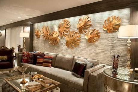 1. Esculturas no tom dourado encantam a decoração da sala de estar. Fonte: Pinterest
