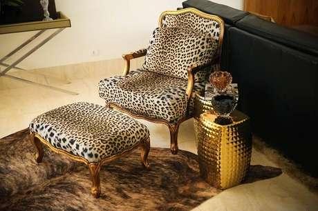 3. Inclua na decoração do ambiente móveis com acabamento em dourado. Projeto por Daiana Capuci