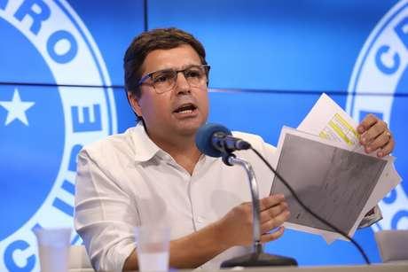 O vice-presidente de Futebol do Cruzeiro, Itair Machado, concede entrevista coletiva na sala de imprensa da Toca da Raposa II, na região da Pampulha, em Belo Horizonte (MG)
