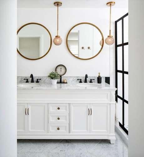26. Mescle as cores branco e dourado na decoração do banheiro, o resultado é incrível. Fonte: Pinterest