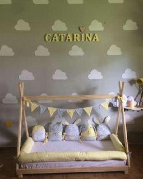 62. Cama infantil montessoriana para quarto de menina amarelo e cinza – Por: Pinterest