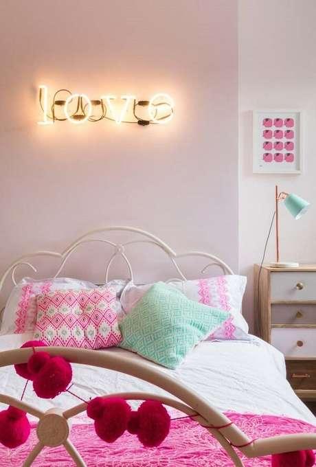 33. Quarto rosa com iluminação na cor dourado. Fonte: Pinterest
