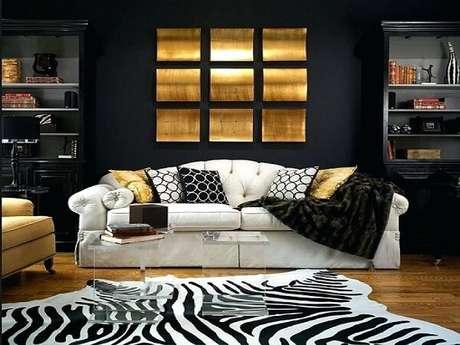 34. Sala de estar com decoração em preto, dourado e branco. Fonte: Pinterest