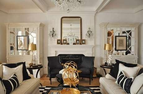 36. Sala de estar com estilo contemporâneo e elementos decorativos na cor dourado. Fonte: Pinterest