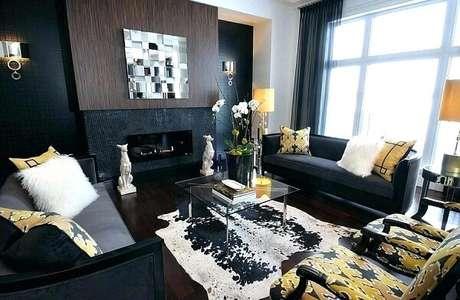 39. Sala de estar sofisticada com decoração mesclando as cores preto e dourada. Fonte: Pinterest