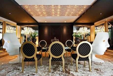 44. Sala de jantar luxuosa com elementos em dourado. Fonte: Gazeta do Povo