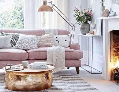 6. Sofá rosa e mesa de centro dourado encanta a decoração desta sala de estar. Fonte: Pinterest