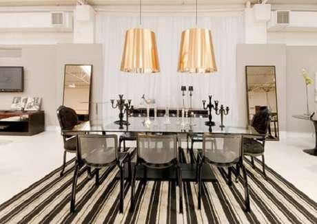 41. Traga o dourado na decoração da sala de jantar. Fonte: Qcadeiras Móveis e Decoração