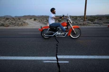 O terremoto de 7,1 na sexta-feira rachou estradas em áreas no sul da Califórnia, perto do epicentro do tremor