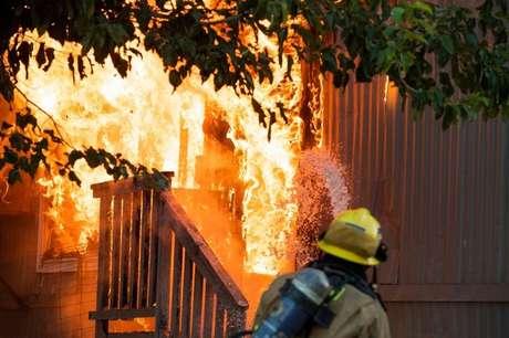 Um dos riscos imediatos após um terremoto são incêndios causados por falhas elétricas