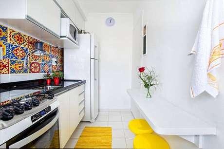 17. Você pode investir em adesivos para azulejos na hora de customizar o seu revestimento para cozinha. Projeto por Luciane Mota