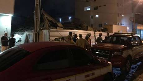 Segundo o Corpo de Bombeiros, a construção ficou totalmente destruída após o desabamento