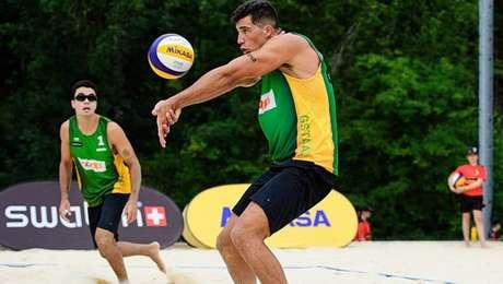 Guto e Saymon batem campeões mundiais de vôlei de praia e avançam na Suíça