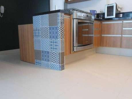 23. O revestimento para cozinha de azulejos pode ser utilizado nos balcões. Fonte: Pinterest