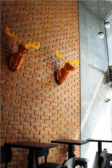 24. Tijolinho à vista é muito utilizado como revestimento para cozinha. Projeto por Studio Due