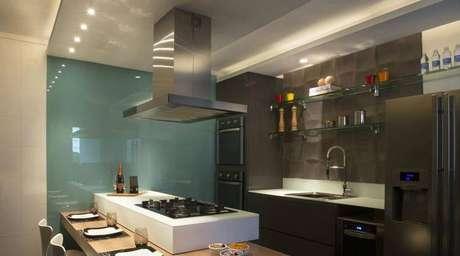 27. Revestimento para cozinha seguindo estilo contemporâneo. Projeto de Daniel Kalil