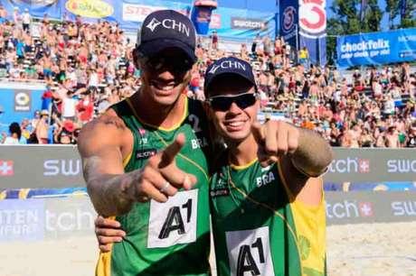 CIRCUITO MUNDIAL: Guto e Saymon estão nas oitavas de final (Foto: Divulgação/FIVB)