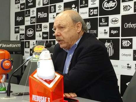 Peres discutiu com o empresário de Caju nesta quinta-feira, na Vila Belmiro (Gabriela Brino)