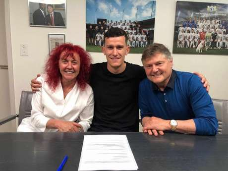 Nathan com Heliane e Ancillo Canepa, presidentes do FC Zurich, depois de assinar contrato de três anos (Divulgação)
