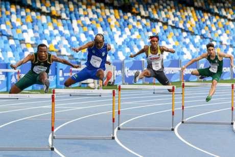 Alison Santos em ação na final dos 400m com barreiras na Universíade de Nápoles (Thiago Parmalat/CBDU)