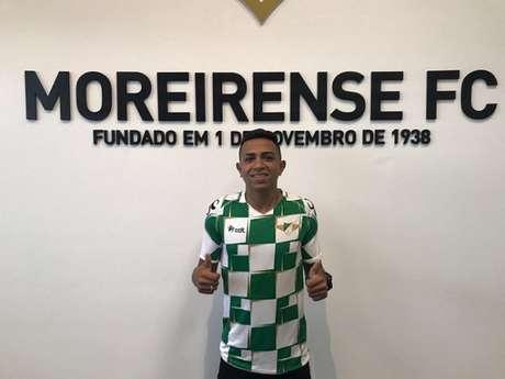 Brasileiro posou com a camisa do novo clube (Foto: Divulgação)