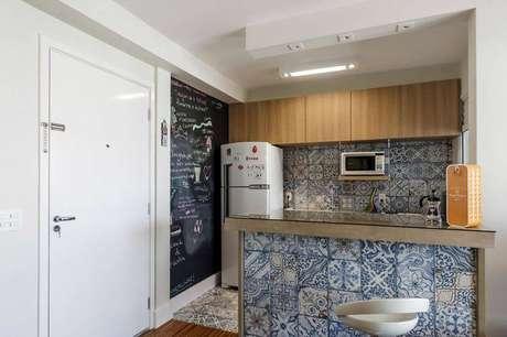 28. Muito utilizado nas cozinhas são as paredes pintadas com tinta lousa. Projeto por Fernanda Duarte