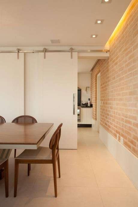 29. Você pode utilizar papel de parede que imitam revestimentos em algumas paredes da cozinha ou sala de jantar. Projeto por Stancati-Arquitetura Designer