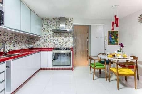 30.Revestimento para cozinha e móveis coloridos deixam o ambiente mais alegre. Projeto por Milla Holtz