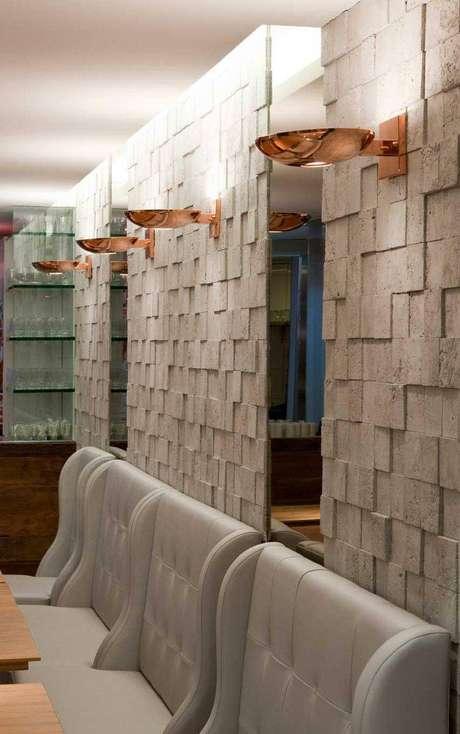 33. Blocos quadrados com relevo também são um tipo de revestimento para cozinha bem moderno. Projeto por Fabio Rezende de Araujo
