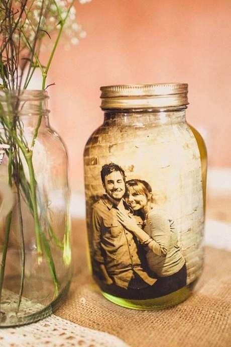 9. A foto dos noivos pode ser colocadaformando vidros decorados. Fonte: Casa e Festa
