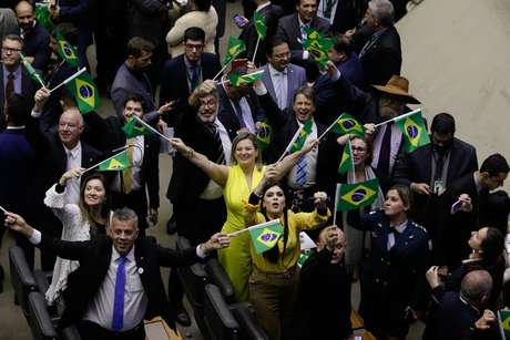 Deputados favoráveis a reforma da Previdência comemoram no plenário da Câmara, em Brasília