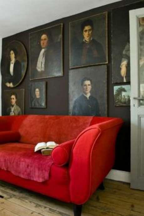 13. Decoração de sala com sofá vermelho e quadros clássicos – Por: Pinterest