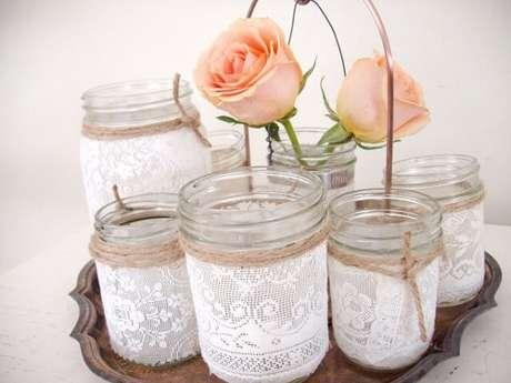 56. Conjunto de potes de vidro com renda. Foto de Post Road Vintage