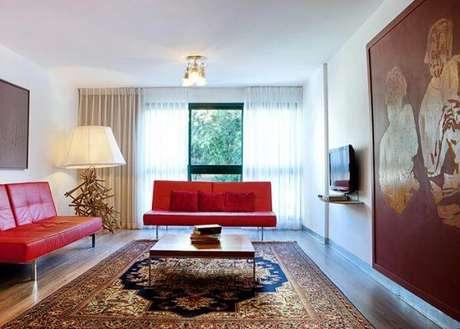 15. Conjunto de sofá vermelho para sala de estar neutra – Por: Pinterest