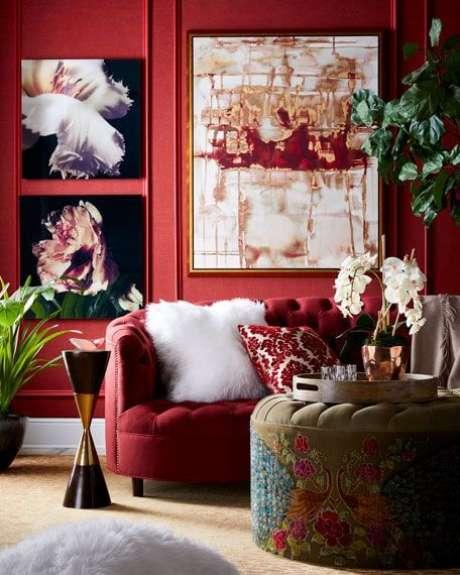 5. Decoração de sala com sofá vermelho – Por: Horchow