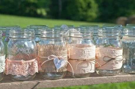 11. Decoração de aniversário simples com potes de vidros decorados. Fonte: Pinterest